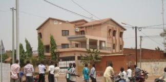 Des badaux devant la maison de Simon Compaoré le 30 mars 2011 au matin