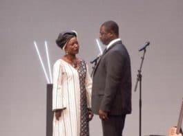 La ministre de la culture (Odile Sankara) sermonne le President (Moussa Sanou). Photo Bruno Jaffre